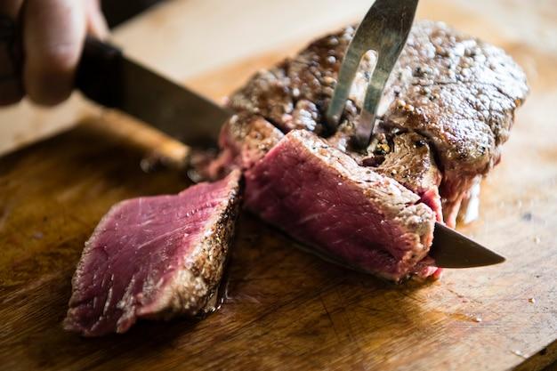 Couper un steak cuit idee de recette de photographie de nourriture
