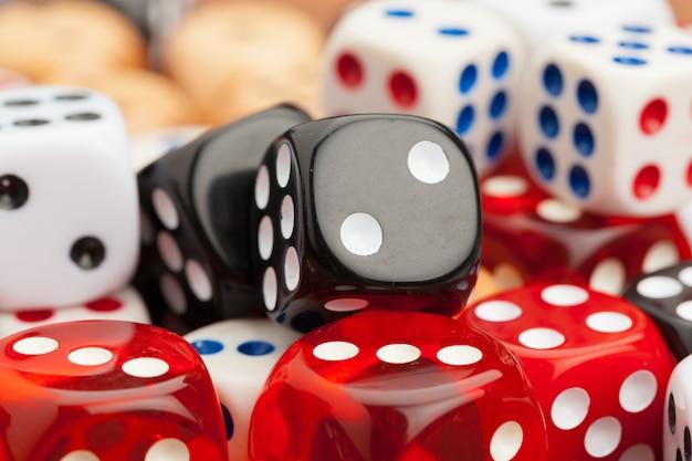 Couper en dés sur une table en bois. concept de risque d'entreprise.