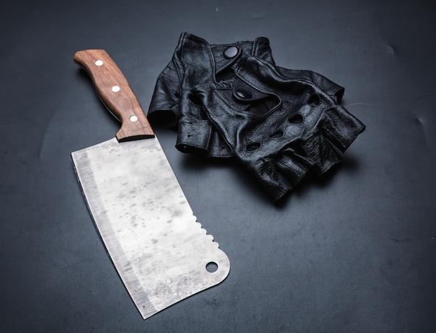 Couperet à viande et gants en cuir sans doigts