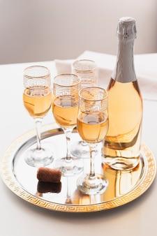 Coupes à champagne sur un plateau