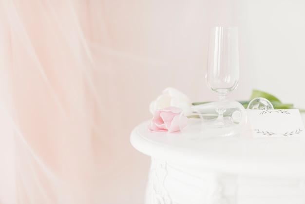 Coupes et fleurs sur la table