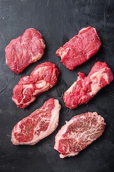 Coupes de steak de boeuf cru avec lame supérieure, rouleau de mandrin et rumsteck, vue de dessus.