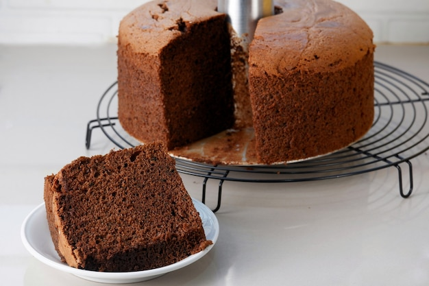 Coupez et mangez un délicieux gâteau mousseline au chocolat