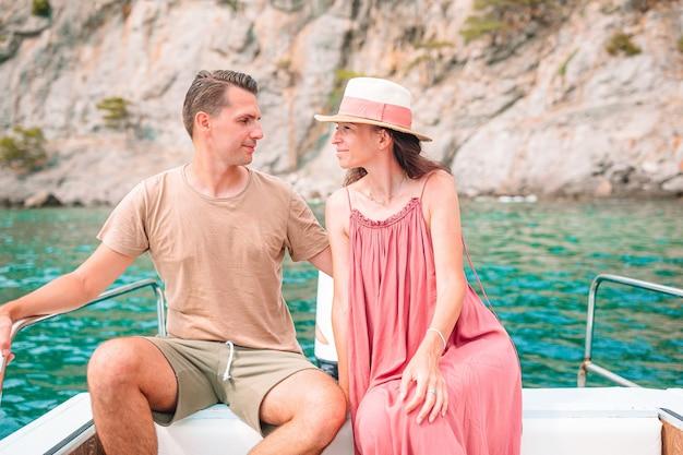 Coupl sur lune de miel voile sur bateau en pleine mer claire