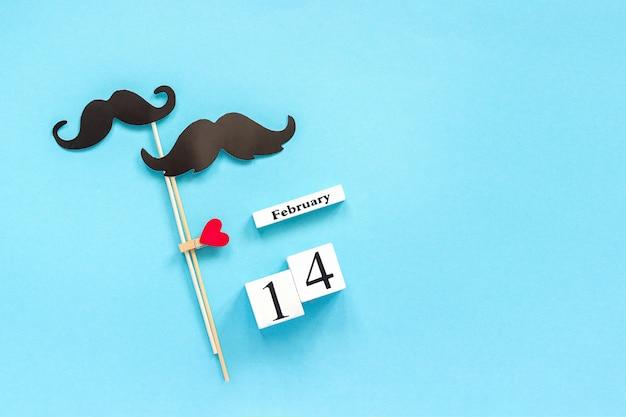 Couple et accessoires en papier à moustache et calendrier 14 février concept homosexualité amour gay