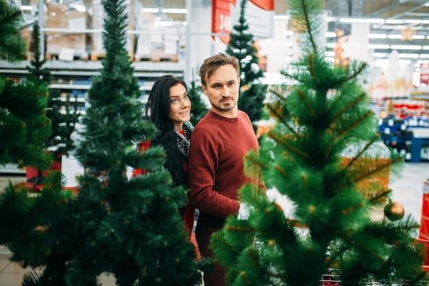 Couple, achat, arbre noël, dans, supermarché