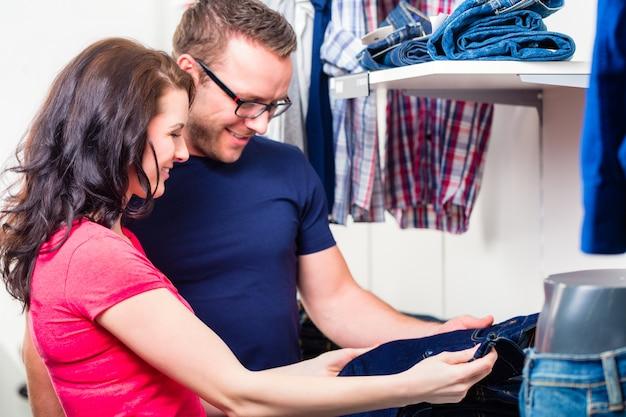 Couple, achat, jean bleu, dans, magasin, ou, magasin