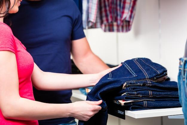 Couple, achat, jean bleu, dans, magasin