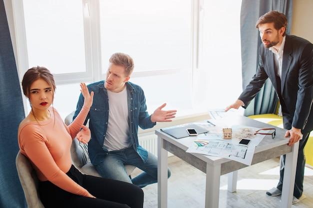 Couple acheter ou louer un appartement ensemble. ils se disputent.