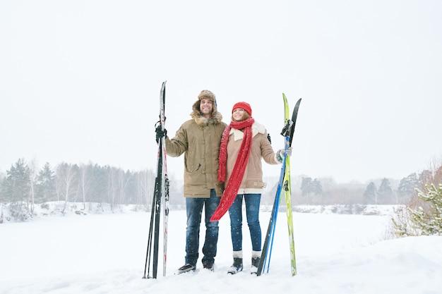 Couple actif tenant des skis