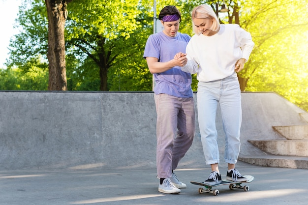 Couple d'adolescents insouciants dans un skate-park.