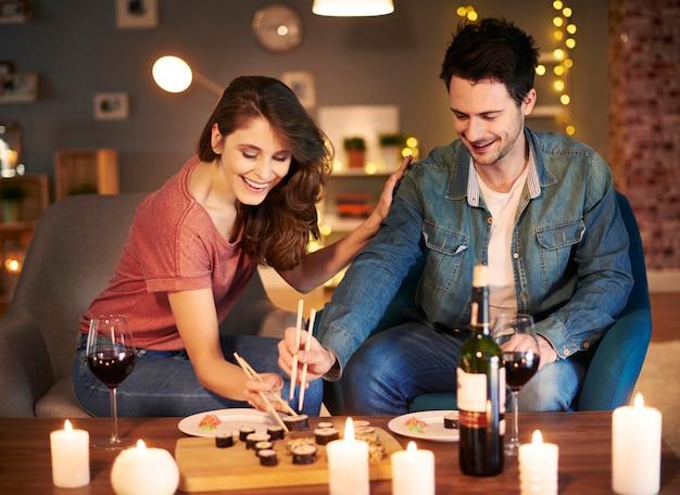 Couple adorable prenant un repas à la maison