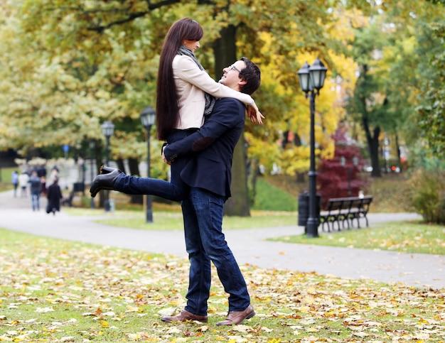 Couple adulte ayant une bonne journée en famille dans le parc