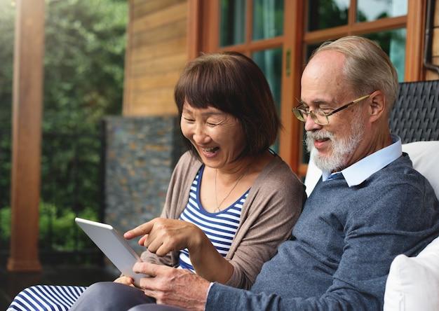 Couple adulte bonheur concept de vacances rire