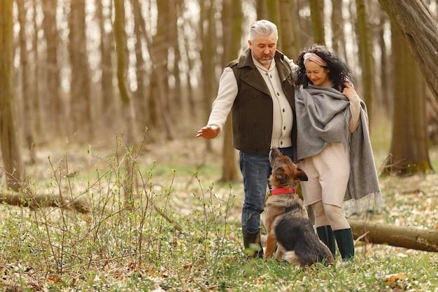 Couple adulte élégant dans une forêt au printemps