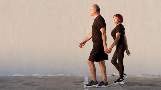 Couple adulte, faire du sport et marcher