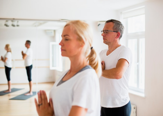 Couple adulte, faire du yoga ensemble