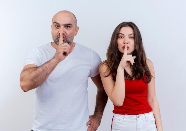 Couple adulte homme gardant la main sur la taille à la fois à la recherche et au silence gestes