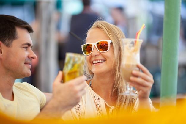 Couple adulte s'amuser au bar, cocktails