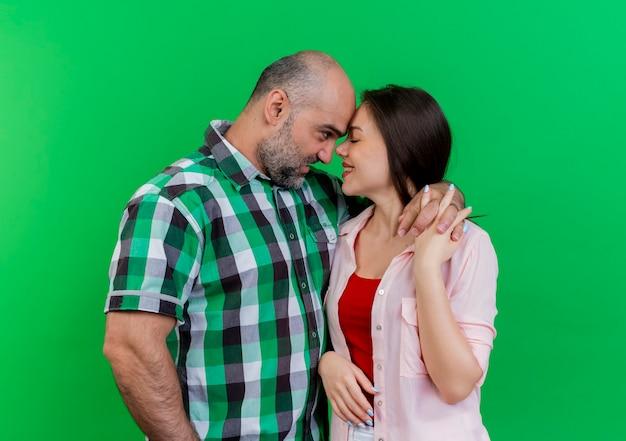 Couple d'adultes heureux romantique gardant les mains ensemble touchant le front