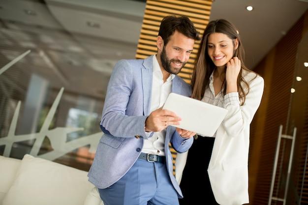 Couple d'affaires à l'aide de la tablette