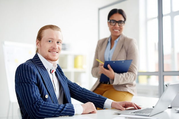 Couple d'affaires au bureau