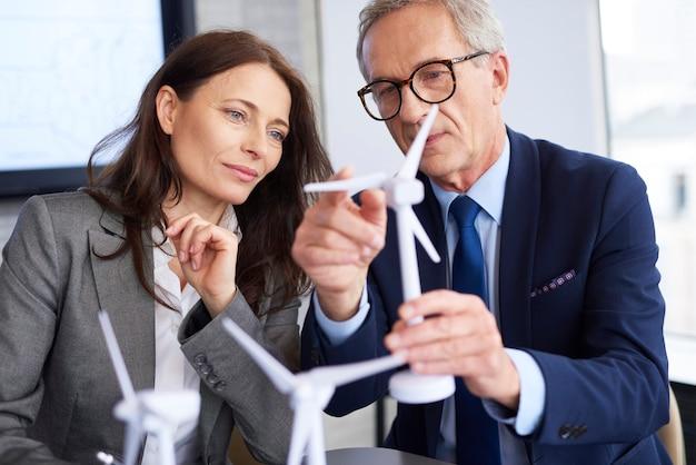 Couple d'affaires ayant une conversation sérieuse