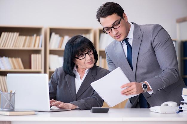 Couple d'affaires ayant des discussions au bureau