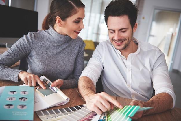 Couple d'affaires examinant les modèles au bureau