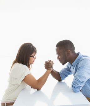 Couple d'affaires irritée bras de fer au comptoir
