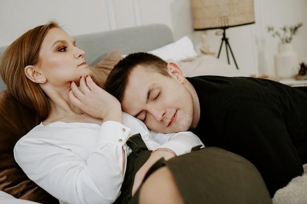 Couple d'affaires sur le lit dans la chambre d'hôtel