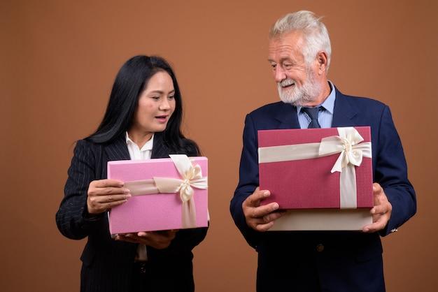 Couple d'affaires multiethnique mature sur brown