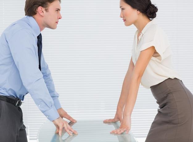 Couple d'affaires en regardant les paumes au bureau