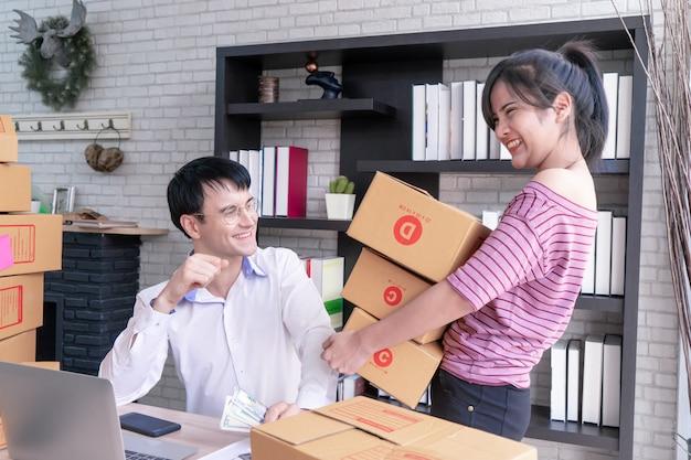 Couple d'affaires vérifie le stock dans leur entreprise à domicile en ligne