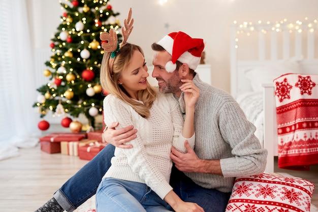 Couple affectueux flirtant à noël