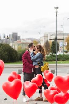 Couple affectueux en plein air