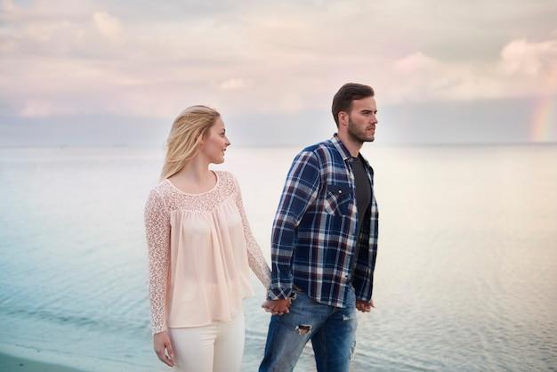 Couple affectueux sur la promenade