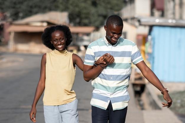 Couple africain coup moyen, main dans la main