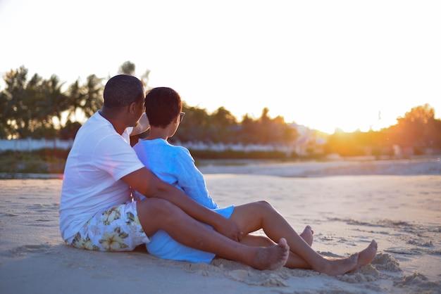 Couple africain, implantation, regarder, coucher soleil