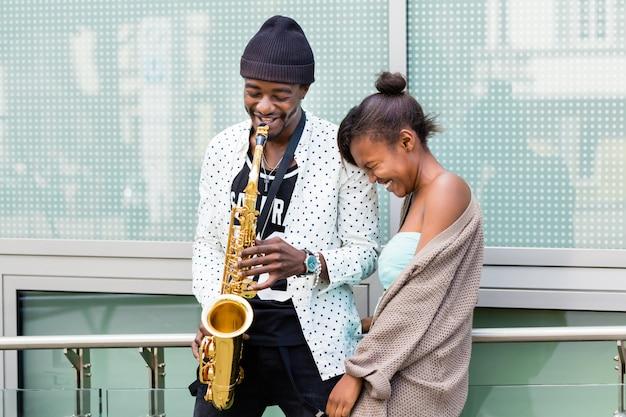 Couple africain jouant du saxophone