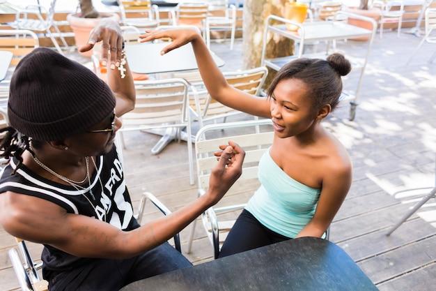 Couple africain s'amuser au café