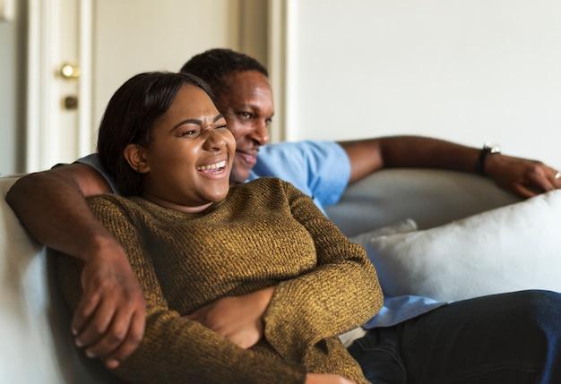 Couple africain s'amuser ensemble