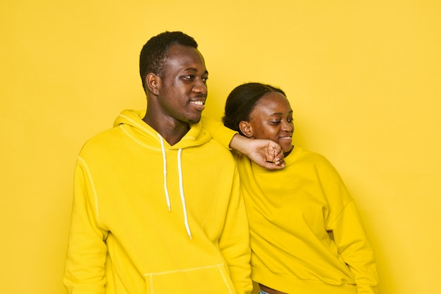 Couple africain avec des vêtements jaunes