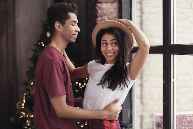 Couple afro-américain attrayant dansant à la maison