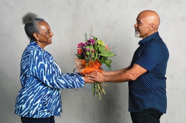 Couple afro-américain célébrant un anniversaire avec des fleurs