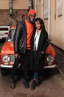 Couple afro-américain heureux full shot