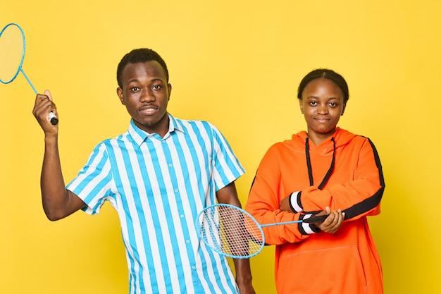 Couple afro-américain avec raquettes