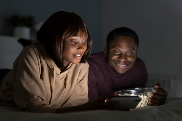 Couple afro-américain regardant netflix ensemble