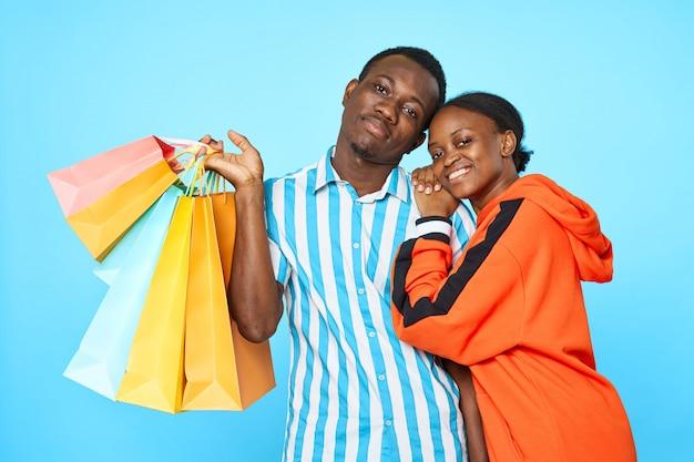 Couple afro-américain avec des sacs à provisions