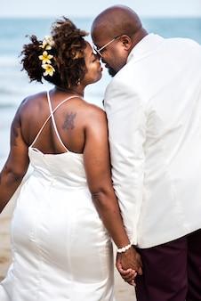 Couple afro-américain se marier à la plage